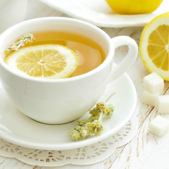 Горячий чай с лимоном разрушает зубы